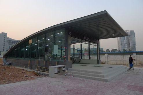 科苑站为地下三层15米岛式站台车站,地下三层为十五号线站台层,预留与