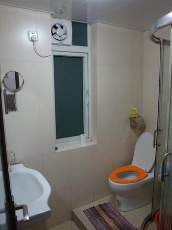 卫生间很小,大概只有三平方,左边是洗脸盆,右边是厕所和淋浴间,比较